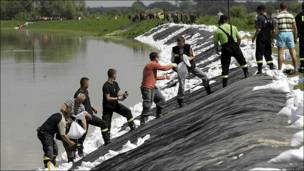 Voluntarios forman diques en el río Vistula