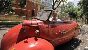 José Alberto Sarmiento en su microauto Messerschmitt KR200 de 1957