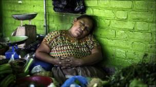 Una vendedora ambulante hace siesta en Ciudad de Guatemala