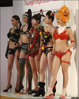 Modelos desfilan con ropa interior en Tokio, Japón
