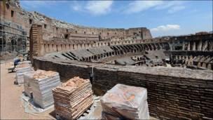Coliseo de Roma siendo restaurado
