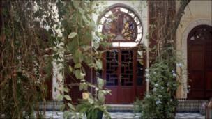 Una puerta marroquíen un hotel.