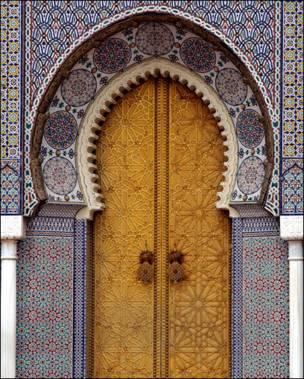 Puerta marroquí con incrustaciones de metal y azulejo.