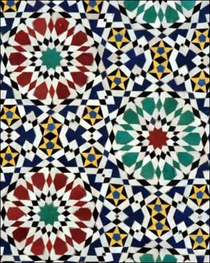 Detalle de un marco de puerta marroquí en azulejo.