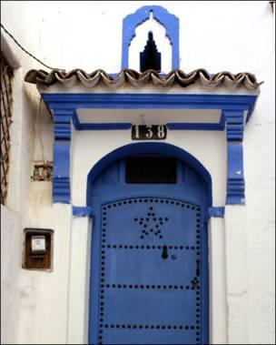 Puerta marroquí con estuco en el marco.