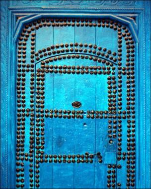 Puerta azul marroquí con incrustaciones metálicas