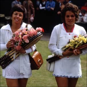 Billie Jean King (izq.) y Evonne Goolagong en la final de Wimbledon