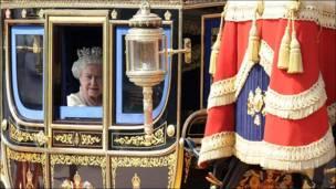 En camino a la inauguración del Parlamento, en Londres
