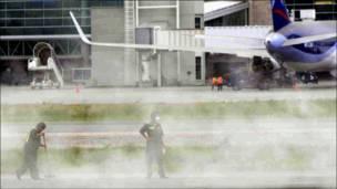 Limpiando la ceniza en el aeropuerto