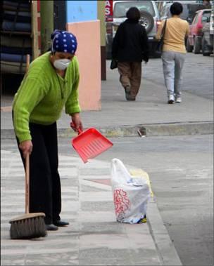 Limpiando la ceniza de las calles