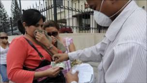 Vendiendo máscaras para protegrse de la ceniza