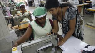 Clase de costura en Colombo, Sri Lanka.