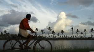 Hombre en bicicleta en Kochi (India).