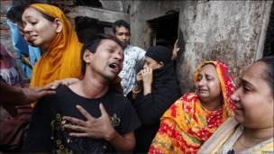 Жители Дакки оплакивают родных