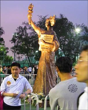 """香港维多利亚公园""""六四""""烛光晚会上的新民主女神像(4/6/2010)"""