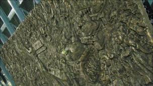 """香港维多利亚公园""""六四""""烛光晚会上展出的天安门屠杀浮雕(4/6/2010)"""