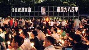"""香港维多利亚公园""""六四""""烛光晚会上展示的标语(4/6/2010)"""