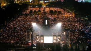 """从高处俯瞰香港维多利亚公园的""""六四""""烛光晚会(4/6/2010)"""