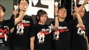 """香港支联会成员在""""六四""""烛光晚会上(4/6/2010)"""