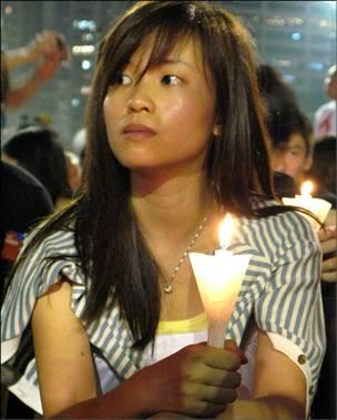 """香港""""六四""""烛光晚会上的一名女参加者(4/6/2010)"""