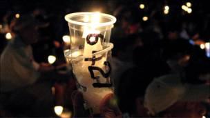"""香港""""六四""""烛光晚会上一个写着""""6421""""的盛蜡烛杯子(4/6/2010)"""