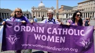 Mujeres se manifiestan en el Vaticano a favor de la ordenación de la ordenación femenina en la Iglesia Católica