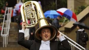 Músico de la Orquestra Real de Escocia con su tuba