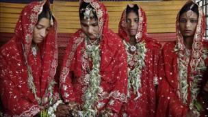 Jóvenes musulmanas indias durante matrimonio masivo