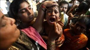 Niño indio que padece asma mientras se le administra un remedio contra la enfermedad