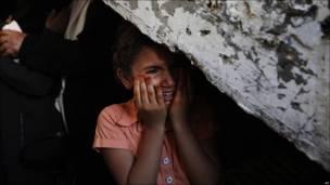 Niña palestina llora en entierro de militantes