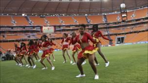 Animadoras ensayan de cara al Mundial de Sudáfrica