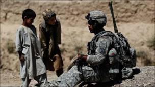 Niños afganos observan a soldados de EE.UU.