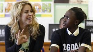 La cantante Shakira en una escuela sudafricana