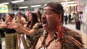Recibimiento maorí en el aeropuerto neozelandés de New Plymouth
