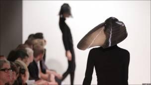 Diseños de Zara Gorman en desfile en el Colegio Real de las Artes de Londres