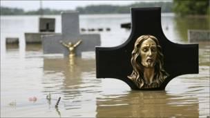 Cementerio sumergido en el agua en Troszyn Polski , Polonia