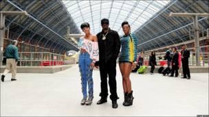 El rapero P Diddy a su llegada a Londres acompañado de Dawn Richard (izq.) y Kaleena