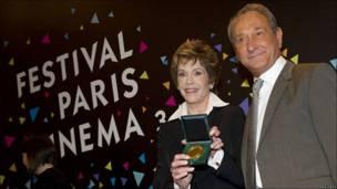 La actriz Jane Fonda con el alcalde de París