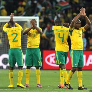 Los sudafricanos saludan al público.