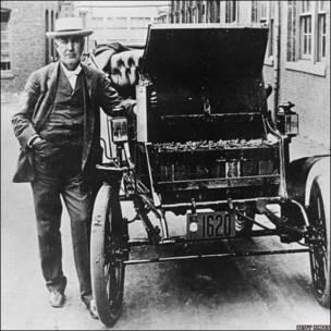 Thomas Edison con su primer automóvil electrónico.