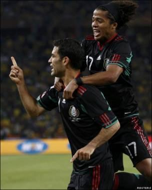 Márquez y Dos Santos celebran el tanto mexicano.