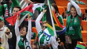 Los mexicanos celebran el gol en la grada.