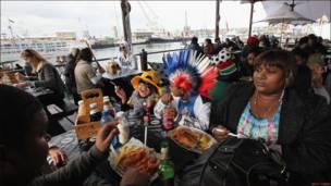 Посетители ресторана в Кейптауне