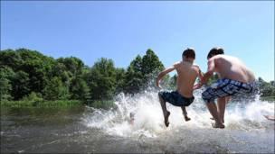 Niños se lanzan al agua en canal de Alemania