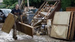 Bombero en zona inundada en Draguignan, en el sudeste de Francia