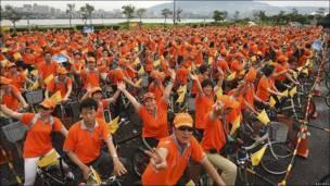 Turistas chinos con bicicletas en Taiwan