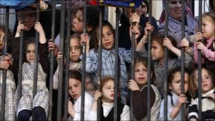 Niños ultraortodoxos observan protesta en Jerusalén