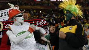 Un fan de Costa de Marfil y otro de Brasil posan para la foto.