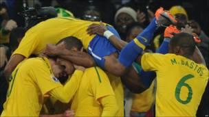Los jugadores de Brasil celebran el primer gol de Luis Fabiano.