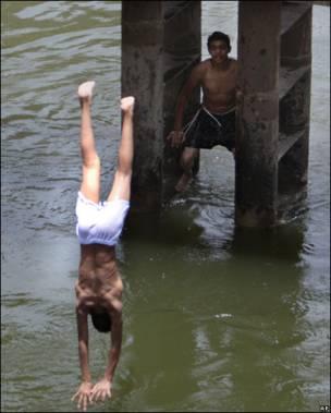 Jóvenes egipcios se refrescan en el Nilo.